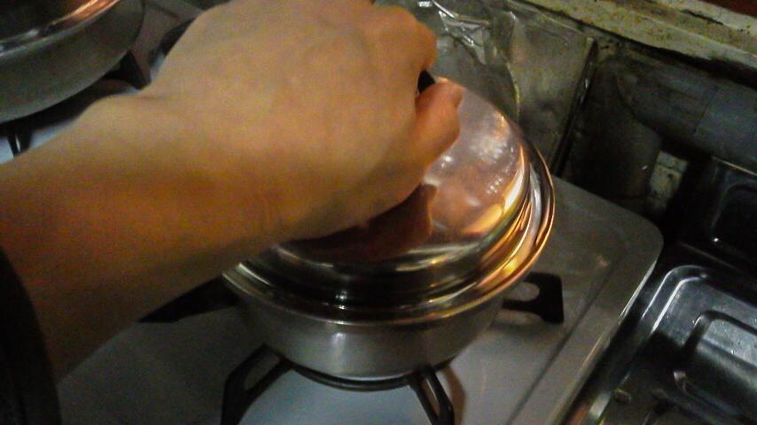 鍋にフタをする