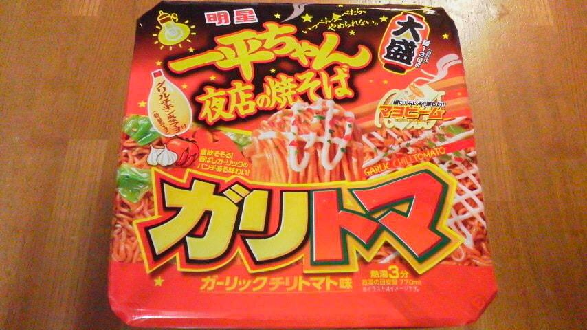 「一平ちゃん夜店の焼そば 大盛 ガーリックチリトマト味」のパッケージ