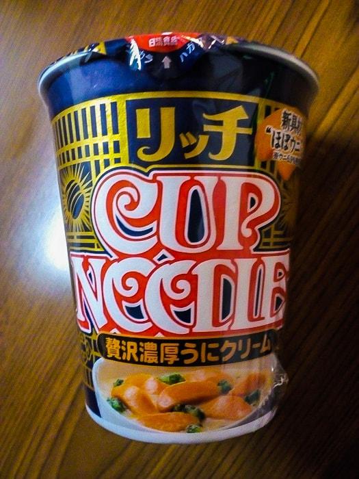「カップヌードル リッチ 贅沢濃厚うにクリーム」のパッケージ