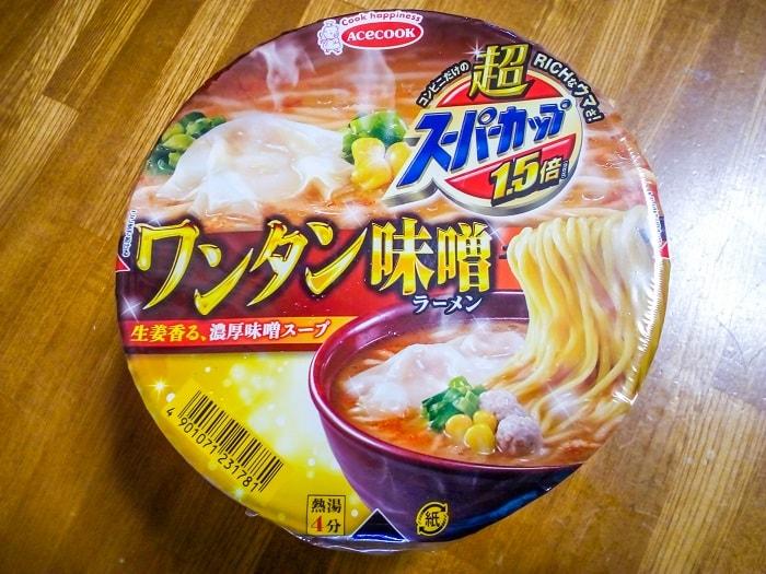 「超スーパーカップ1.5倍 ワンタン味噌ラーメン」のパッケージ