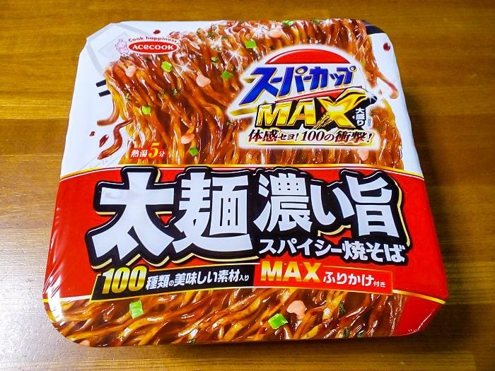 「スーパーカップMAX大盛り 太麺濃い旨スパイシー焼そば」のパッケージ