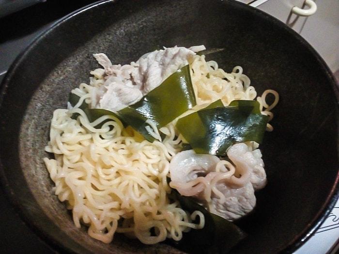 麺と具と丼に投入