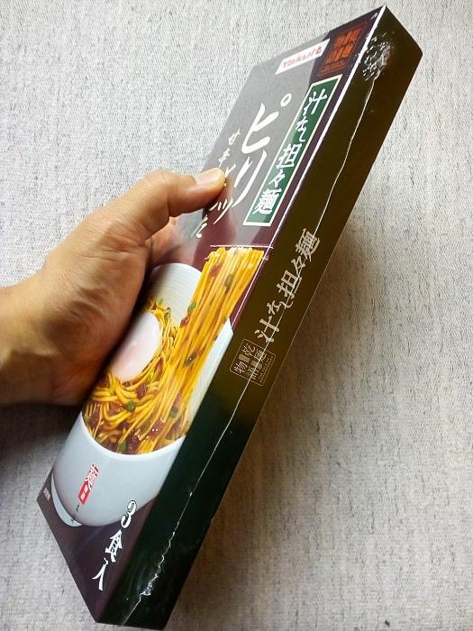「乾麺物語 汁なし坦々麺」のパッケージ横から