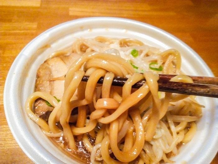 「中華蕎麦とみ田監修豚ラーメン」の極太麺