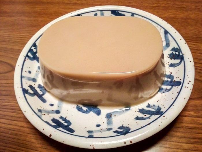 「たっぷりBigサイズ カフェラテプリン」を皿にあける