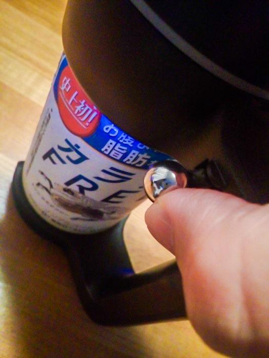 「超音波式ハンディビールサーバー」の開錠ボタンを操作