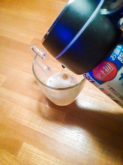 「超音波式ハンディビールサーバー」の泡発生ボタンを押さずに注ぐ