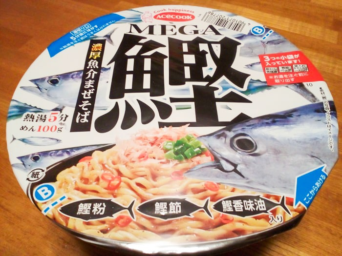 「MEGA鰹 濃厚魚介まぜそば」のパッケージ