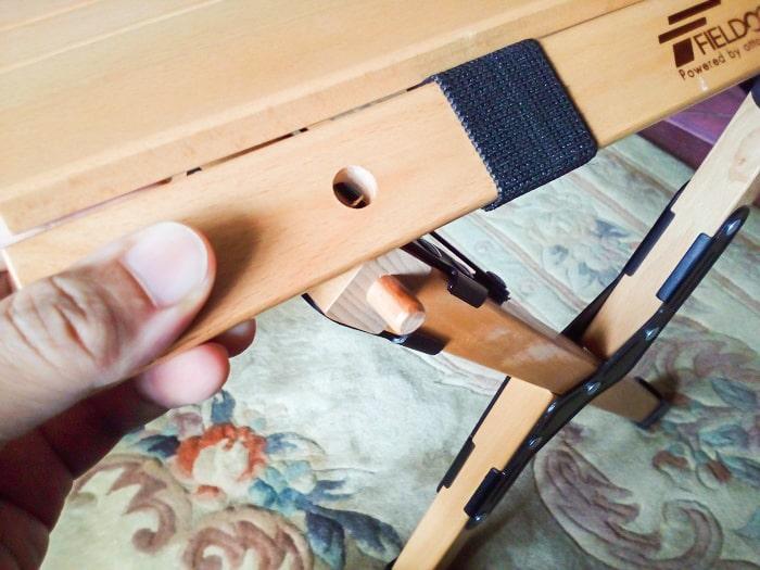 「ウッドトップロールテーブル」の天板の穴と脚部分の突起