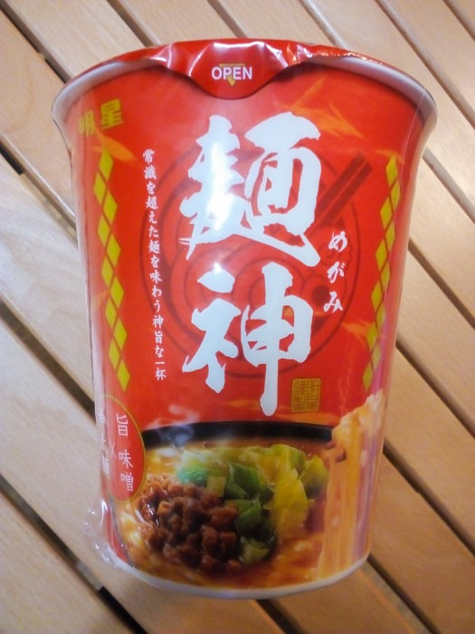 「麺神カップ 神太麺×旨 味噌」のパッケージ