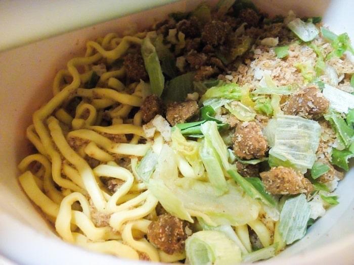 「麺神カップ 神太麺×旨 味噌」調理前