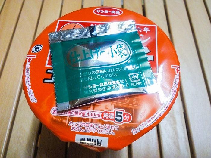 「札幌ラーメンどさん子監修 コーンバター風味噌ラーメン」の小袋