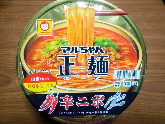 「マルちゃん正麺 カップ 辛ニボ」のパッケージ